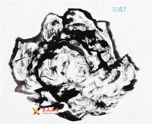 【云头皴】 1 蘸取浓墨,将笔中的水分沥掉一些,顺势勾出山石的轮廓。注意线条不要重复,运笔要活泼,富有生气。