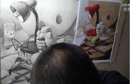 素描静物视频教程:台灯、玻璃杯、画笔、石膏手组合的画法(1)