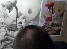 素描静物视频教程:台灯、玻璃杯、画笔、石膏手组合的画法