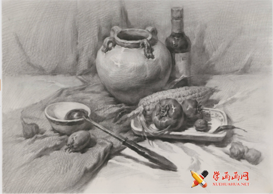 优秀素描静物画:浅色陶罐、酒瓶、不锈钢勺、玉米、西红柿的组合画法高清图片【可临摹】(1)