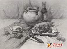 优秀素描静物画:浅色陶罐、酒瓶、不锈钢勺、玉米、西红柿的组合画法高清图片【可临摹】