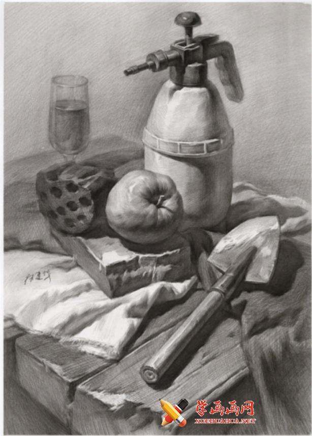 优秀素描静物画:木纹桌子、铁锹、农药壶、蜂窝煤、苹果的组合画法高清图片【可临摹】(1)