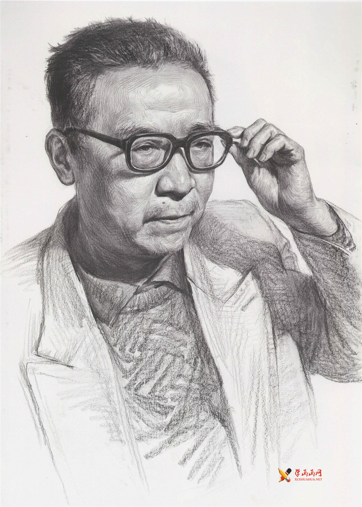扶着眼镜框的老者素描头像画法图片素材(1)